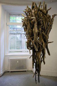 Atsuko Nakamura | Untitled | 2011 | Driftwood & chain | 200x100x100cm | (428×640)